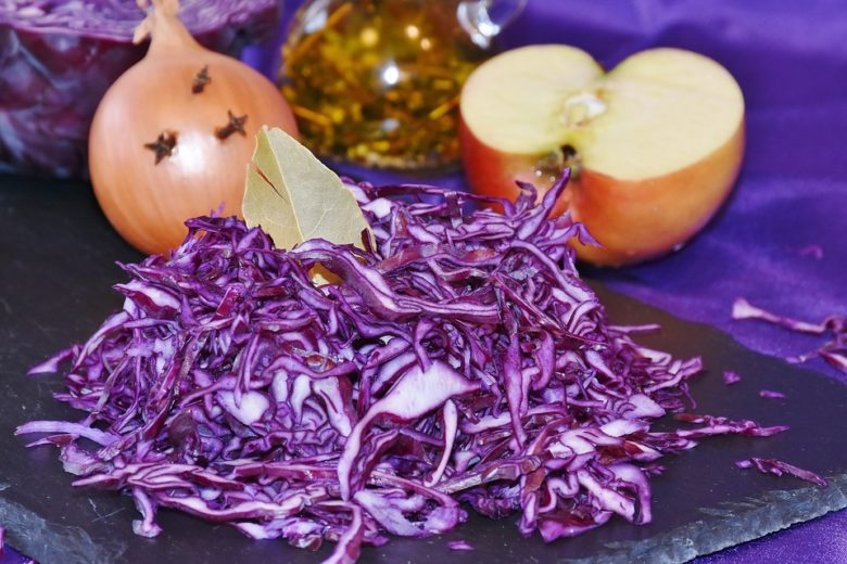 Chop a lilac head of cabbage and season with sauce - what could be easier?